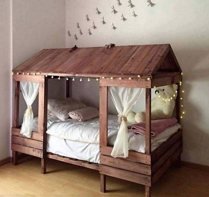 Cabin Style Bed made with Pallets...these are the BEST Pallet Ideas!