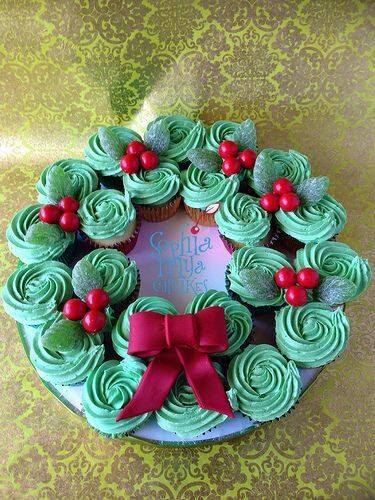 Christmas Wreath Cupcake Cake...these are the BEST Pull-Apart Cake ideas!