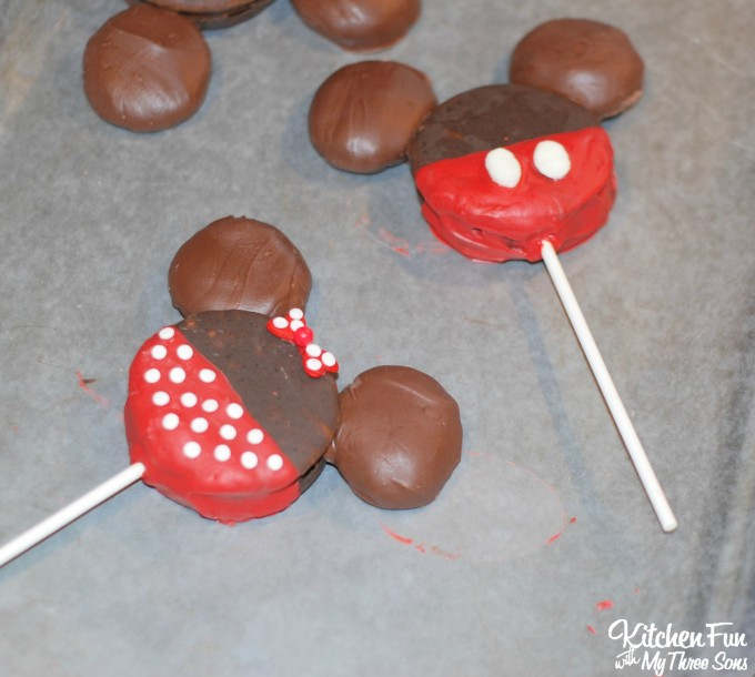 Easy Minnie and Mickey Mouse Treats made with Moon Pies for Kids! Your little Disney fans will love this!