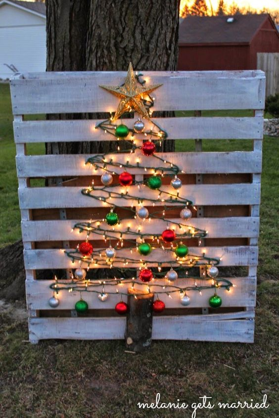 Lighted Wood Pallet Christmas Tree...these are the BEST DIY Christmas Decorations &