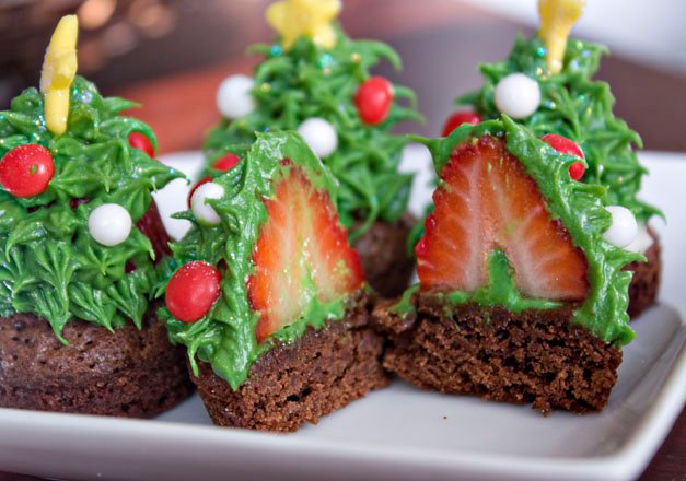 Starwberry Christmas Tree Brownie Bites...these are the BEST Christmas Treats!