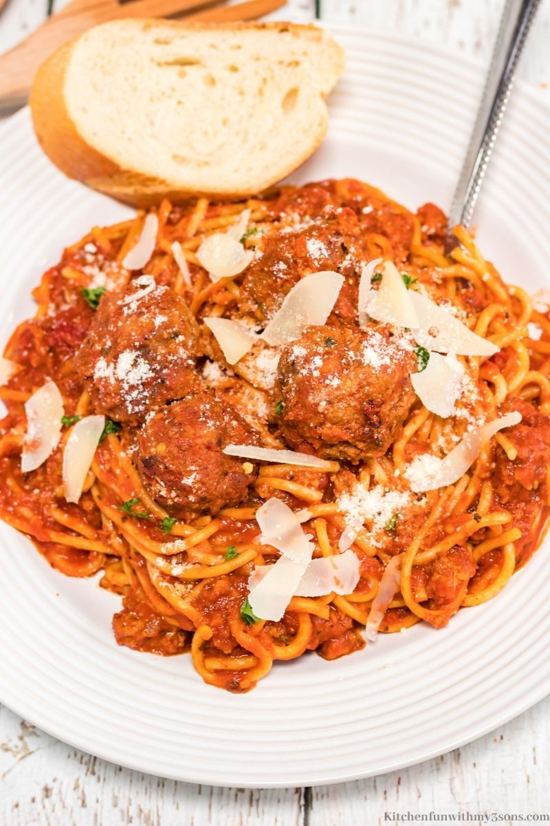 Homemade Spaghetti and Meatballs Recipe with a side of Italian bread.