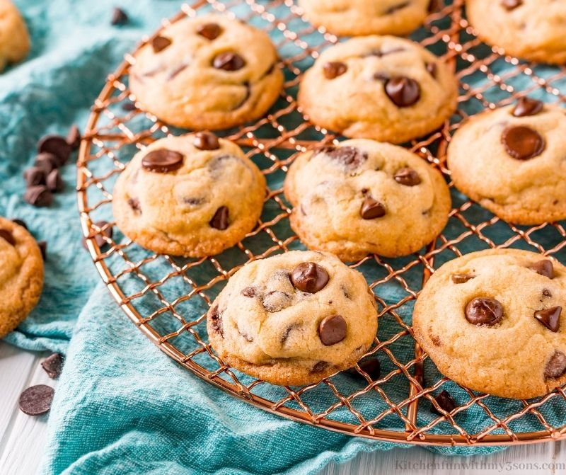 The chocolate chip cookies on a wire rack.