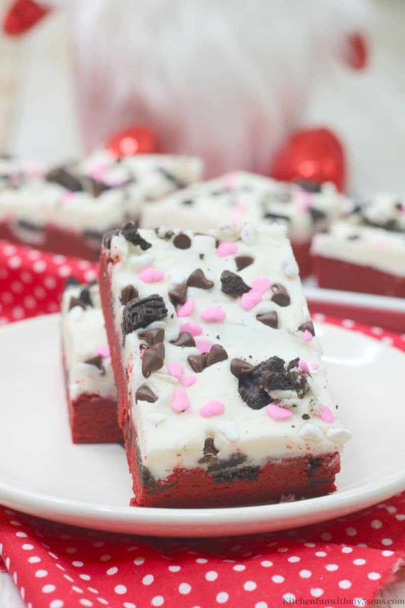 The cookie bars topped with Oreos, sprinkles, and chocolate chips.