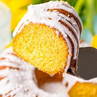 Ein Spatel, der ein Stück des Kuchens anhebt.