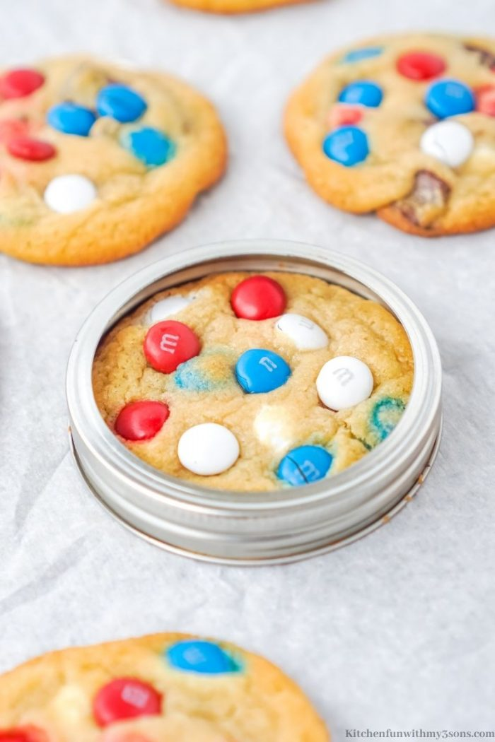 Using a mason jar lid to shape the perfect cookie.